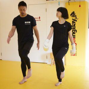 歩く動作を通して、上肢と下肢の動きを確認。