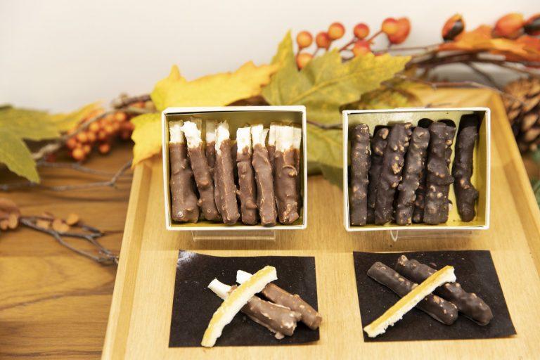 小枝をモチーフにしたオレンジやレモン、ジンジャーのピール類も人気。各1,080円(各税込)。「木目のバー」などのシグニチャーアイテムも必見。