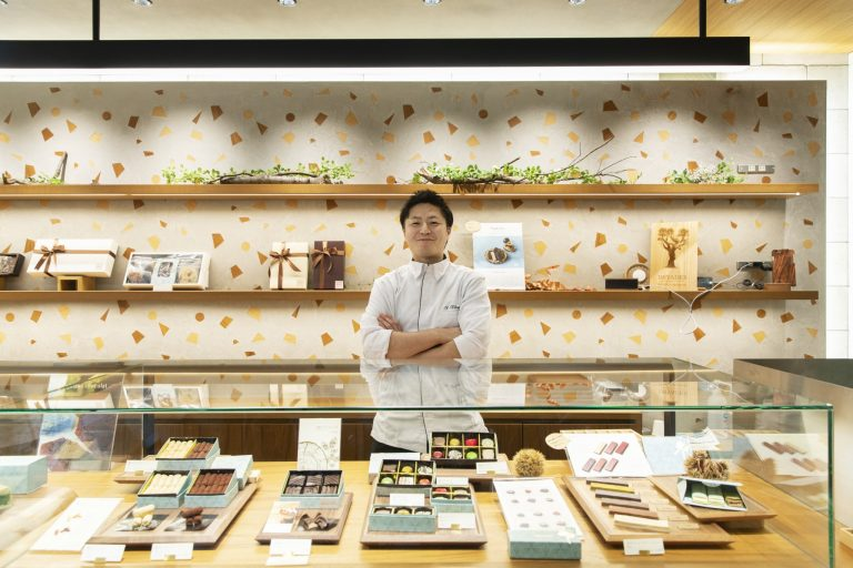 斎藤拓野(さいとう・たくや)/〈パティシエイナムラショウゾウ〉で修業後2012年に渡仏。〈ピエール・エルメ〉をはじめ星付きレストランのシェフパティシエを務め、同店シェフに。「店内はチョコレートの森をイメージしています」