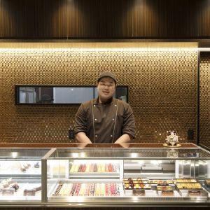 矢島清高(やじま・きよたか)/和食やフレンチなどの修業後、オーストラリアの〈アドリアーノズンボ〉で学びショコラティエに転身。ホテル勤務などを経て2019年8月に開店。「宝石のように美しく滑らかなショコラです」