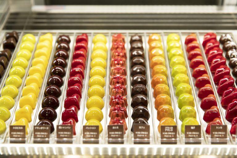 宝石のように色鮮やかなボンボンの中にも、苺シャンパンやラフロイグ10年などを使った品が。