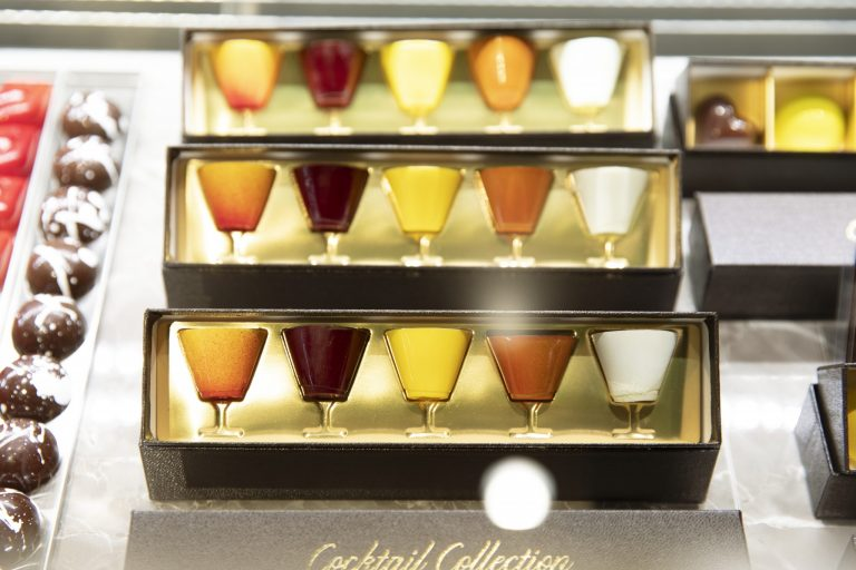 〈Bar Noble〉のバーテンダー山田高史氏自慢のカクテルをチョコレートで表現。グレートサンライズ、オーチャード、レオン、サイドカー、グラスホッパーの5種の味。3,000円(税込)。
