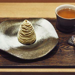 「モンブランデセル」の茎ほうじ茶セット1,500円。香ばしくスッキリしたうまみを持つお茶が主役を引き立てる。器は笠間焼のオリジナル。