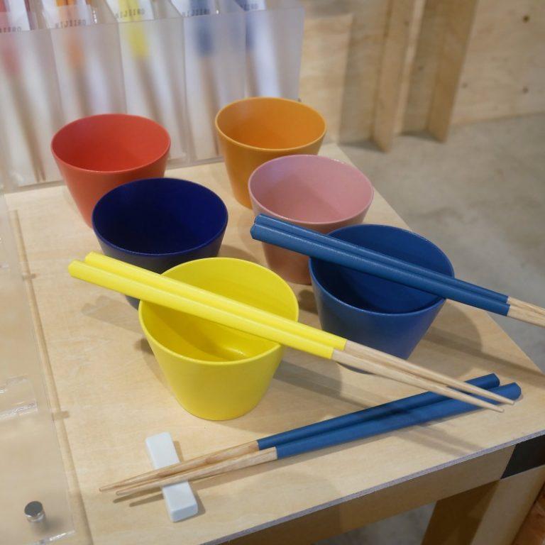 「虹色箸」6色展開・各1,500円。