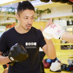 全日本キックボクシング連盟ミドル級2位という経歴の持ち主で、パーソルトレーニング、クラストレーニング、プロアマ選手のトレーナーやセコンドにも付く。