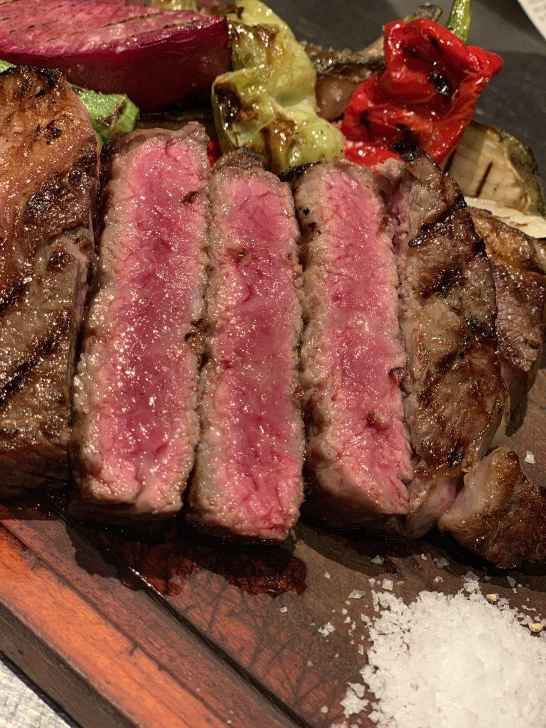 焼くのに最も適した最上級部位、国産牛のリブロースステーキ250g 3,980円。