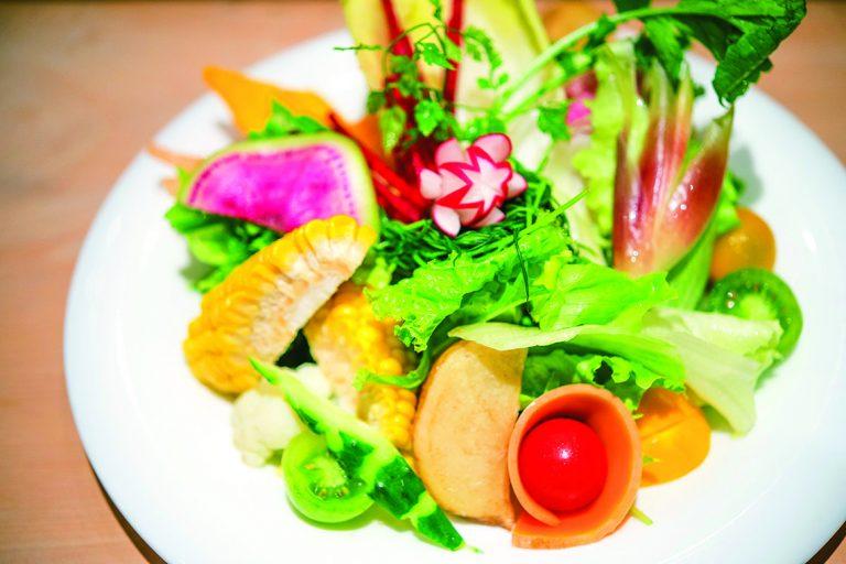 季節によって野菜が変わる、彩り野菜のT'sサラダ レギュラー 1,250円、スモール 980円(ディナータイムのみ)。自家製ドレッシングで。