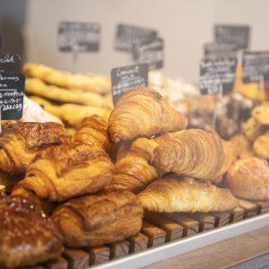 アルザスで修業したシェフが作る焼き菓子も人気。