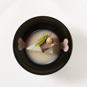 マンガ肉を描いたお椀。牛タンと聖護院大根の白味噌仕立て。