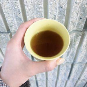 香りは焙じの香ばしさの中に青みがかった桑の香りがほのかに香る。ただ、この青みが一口飲んだときに丸みのある甘さに変わってすっと飲みやすい。ほうじ茶のいわゆる芳醇さを持ち合わせながら、ほのかな甘みとまろやかさがクセになり、何度でも飽きずにいただけること間違いなしのやつです。