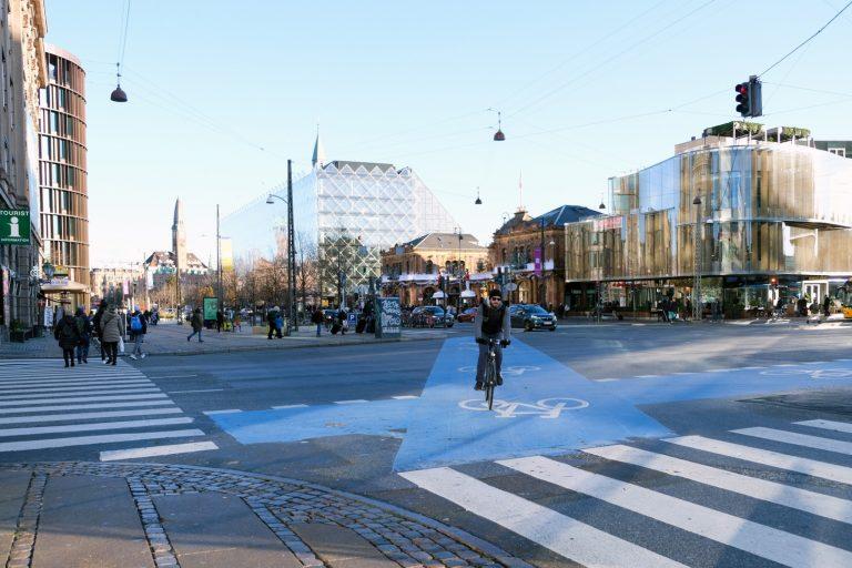 デンマークには自転車専用道路や信号機があり、整備が進んでいる