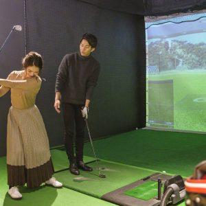 〈五反田ゴルフ倶楽部〉でシミュレーションゴルフを。