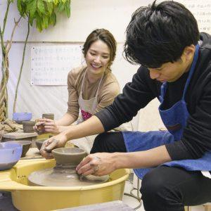 中目黒〈千秋工房〉では陶芸を体験。