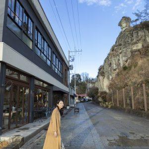 店の前には大谷石の山がそびえ立つ。「ダイナミックなロケーションがほかにはない!(花井さん)」
