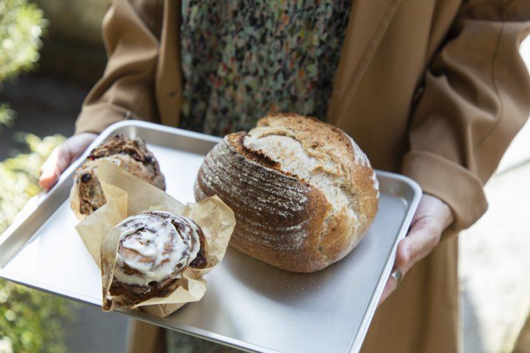 右「ふすまのパン」550円、左「シナモンロール」350円(各税込)。