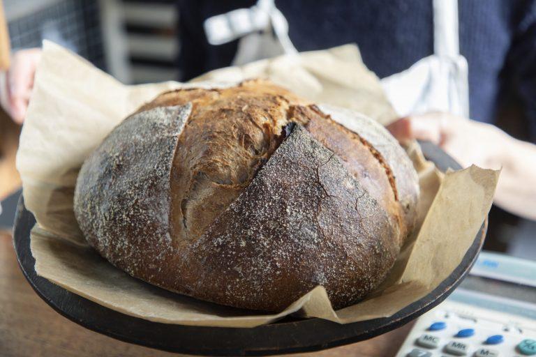 栃木県産小麦を酵母と生地に用いる、地粉の「カンパーニュ」300円(1/4サイズ)はバゲットと日替わりで登場。