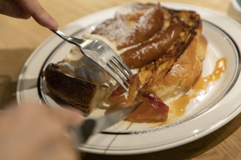 隣接のカフェ〈irisbread&coffee〉では、購入したパンを食べたり「フレンチトースト」(850円)などパン料理を注文したり。