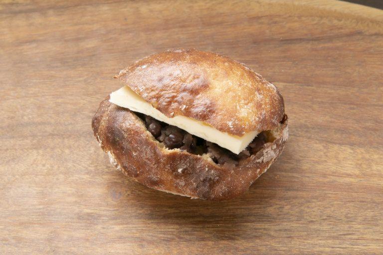 やわらかいフランスパン生地のあんバター220円。
