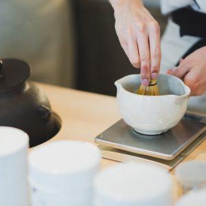 専属の日本茶のプロ茶バリエによって注文を受けてから、一杯一杯丁寧に濃厚な抹茶を点てるところから始まる。茶筅で点てるリズムと共に抹茶がこちらにもふんわり香り、真剣に所作を見ながらさらに期待が高まる。最後の一滴までしっかり入った「濃茶ラテ」、混ぜる前に抹茶のところだけで。