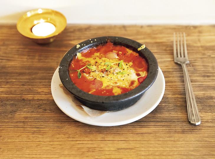 「トマトソースの煮込み たまご」600円。おつまみでサンドイッチも作ってくれる。