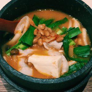納豆1パック分がIN!三越前〈一献三菜〉の納豆チゲ鍋で、心も体もぽっかぽか。