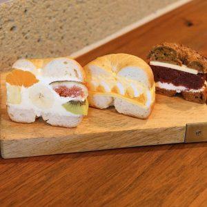 左より「5種のフルーツサンド」580円、「たまごとチーズ」470円、「珈琲とあんバター」480円(税込)