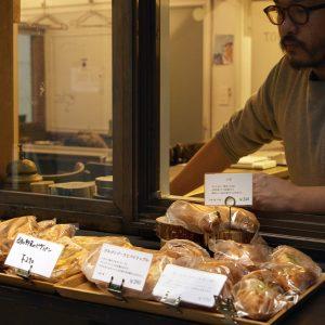 店先でパンを販売。