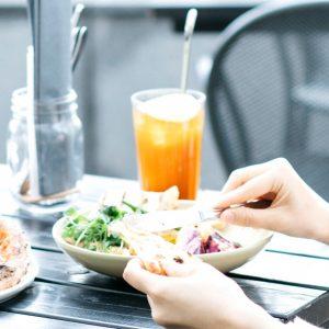 春日和、〈ニュウマン新宿〉にあるテラス席でおしゃべりしよう。「ルミネと、おいしい新生活」