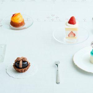 銀座生まれの洋菓子店〈銀座コージーコーナー〉と雑誌Hanakoがコラボ!おしゃれプチガトーセットが期間限定で登場。