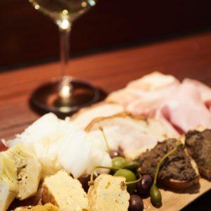 料理はどれもボリューミー。アンティパストミスト1人前2,000円。 「 ワインも料理も素材の味が 生かされているイタリアン」