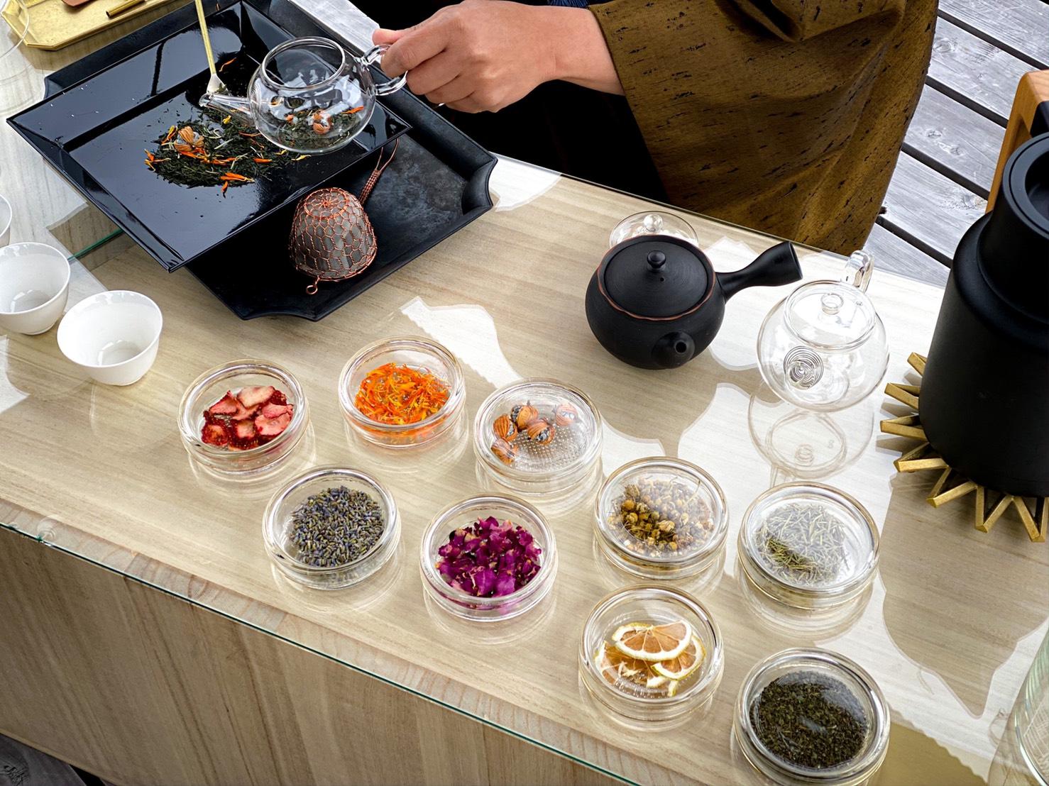 """静岡市の茶畑の真ん中にある""""茶の間""""で、絶景と淹れたてのお茶を楽しめる極上プラン。"""