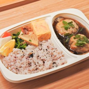 「日替わり弁当」800円(税込)。メイン1品、副菜3品が入る。