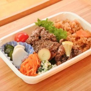 季節の野菜を使った「日替わり弁当」800円(税込)。