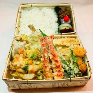 「てんぷら弁当」8,000円(税込)。天ぷらは12種類ほど入る。内容は日によって変わる。