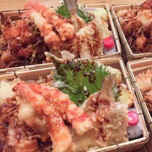 「天丼弁当」3,000円(税込)。天ぷらは海老や穴子など8種類ほど入る。