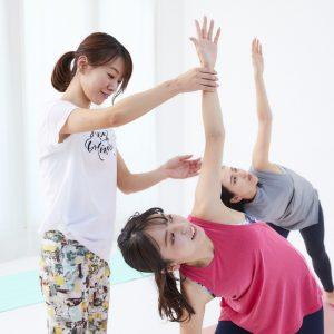 「三角のポーズ」は基本の姿勢。体勢を細かくチェックしてもらえるのがプライベートレッスンのポイント。