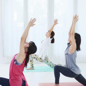 「三日月のポーズ」。お尻や脚のダイエット、肩こりなどの症状に効く。ようやく暖かくなってくるこの時季に体をほぐしておくのが良さそう。