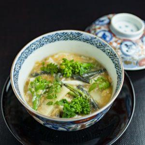 炊き合わせ。白魚とわらび、筍、菜の花の玉締め。
