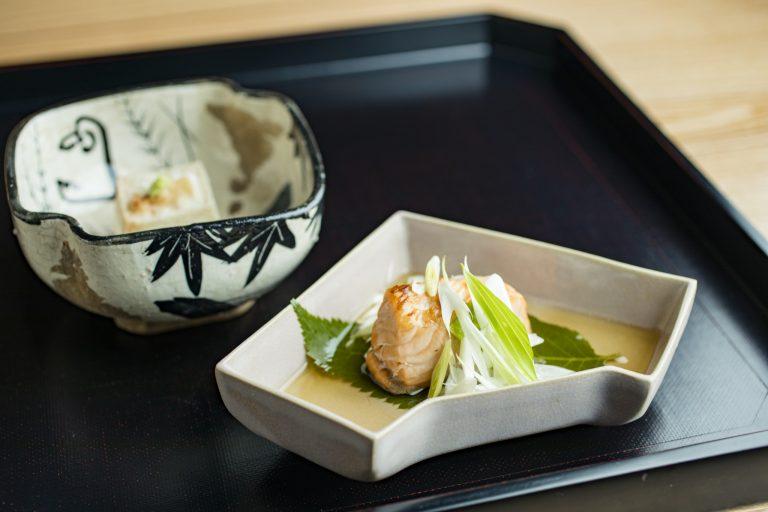 上・焼き胡麻豆腐、下・焼き物。桜鱒の煎酒びたし。