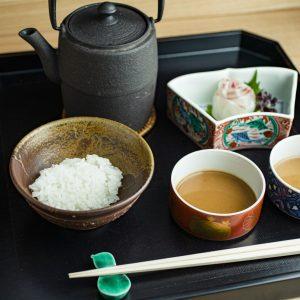 鯛茶漬け。〈うち山〉伝統の胡麻だれと〈嘉祥 うち山〉流の2種類の味が楽しめる。すべて5,000円のランチコースから。