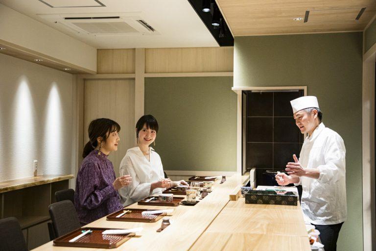 奥・谷本恵理子(たにもと・えりこ)/食や栄養学の発信に取り組む、医学士・医学系研究員。カウンターで割烹料理は初めて。前・ 和田早矢(わだ・さや)/フリーアナウンサー。高知から東京に拠点を移し、銀座グルメ探訪も駆け出したばかり。