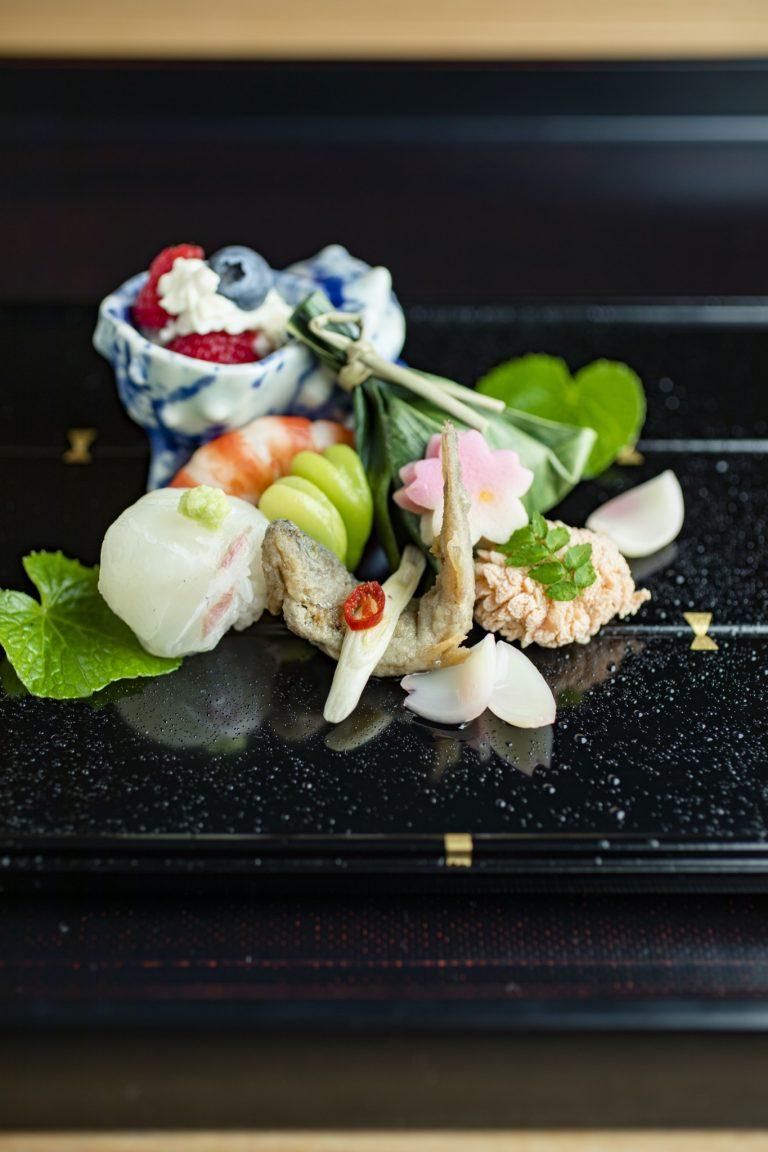 前菜。鯛の手毬寿司、ブルーベリーとラズベリーの白和え、鯛の子など。「お造りは2種類登場。ひと味加えている、 醤油のいらないお刺身(斎藤理子さん)」
