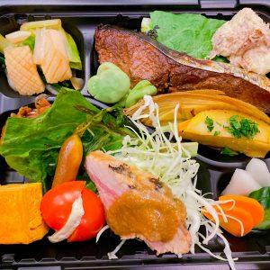 「酒菜盛り込み弁当」2,500円。