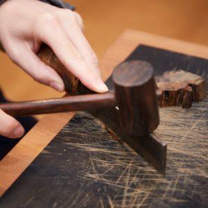 のこぎりで輪切りにした後、なたと木槌で短冊状に切り、さらに小刀で4mm角、0.02gほどにカットします。