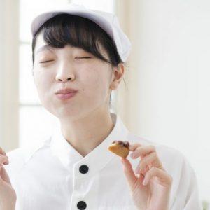 「餡づくり」体験では、2時間かけて鍋で小豆を煮続けた。