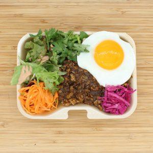 「チキンドライカレー」650円。スパイシーに炒めた鶏挽肉と野菜!フライドエッグ付き。