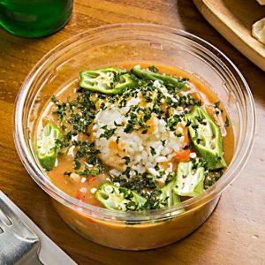 「ガンボスープ」Sサイズ600円、Lサイズ1,000円。