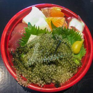 「海ぶどう海鮮丼」1,000円。沖縄の漁港から直送している海ぶどうとセーイカ(ソデイカ)に加え、まぐろ、たこ、サーモンを入れたボリューム満点などんぶり。