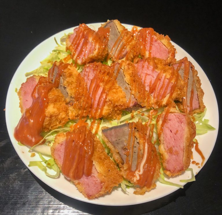日替わりの「本日のオススメ丼」800円。写真は、春キャベツたっぷりな「塩レバー&スパムカツ丼」。