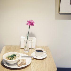 朝7時からの朝食メニューのおすすめは「サーモンスープ」1,700円(ドリンク付き)。大きめのサーモンにごろっとしたジャガイモや人参がたっぷり入ったフィンランドの伝統料理。